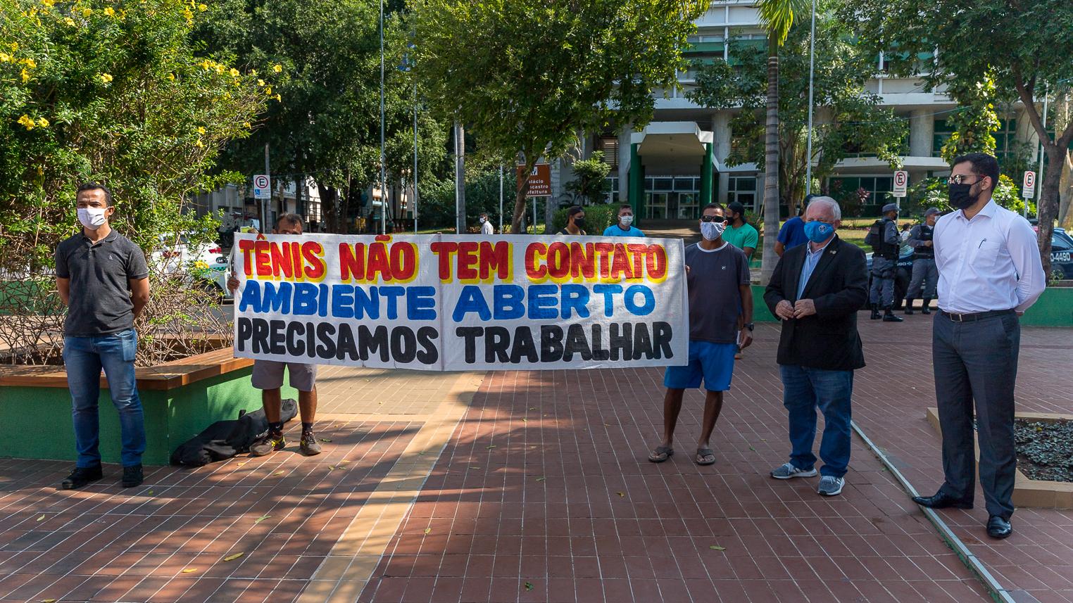 Parado desde março, tênis quer retomar atividades e faz manifestação em frente da prefeitura de Cuiabá