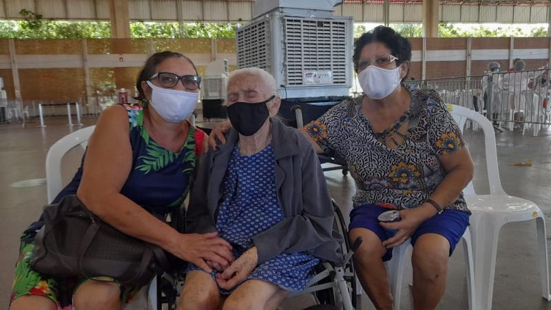"""Idosa de 112 anos é vacinada contra a covid-19 e filha comemora: """"exemplo de vida"""""""