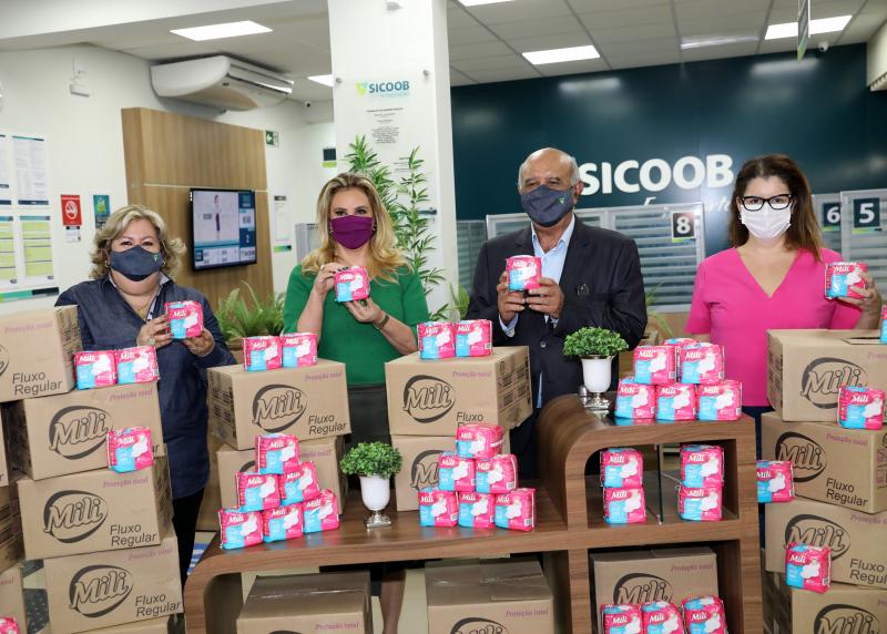 """Sicoob Integração adere à campanha """"Cuiabá por Elas"""" e doa cerca de mil absorventes"""