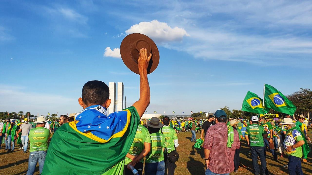 Bolsonaro exalta Tereza Cristina e agradece produtores durante mobilização em Brasília