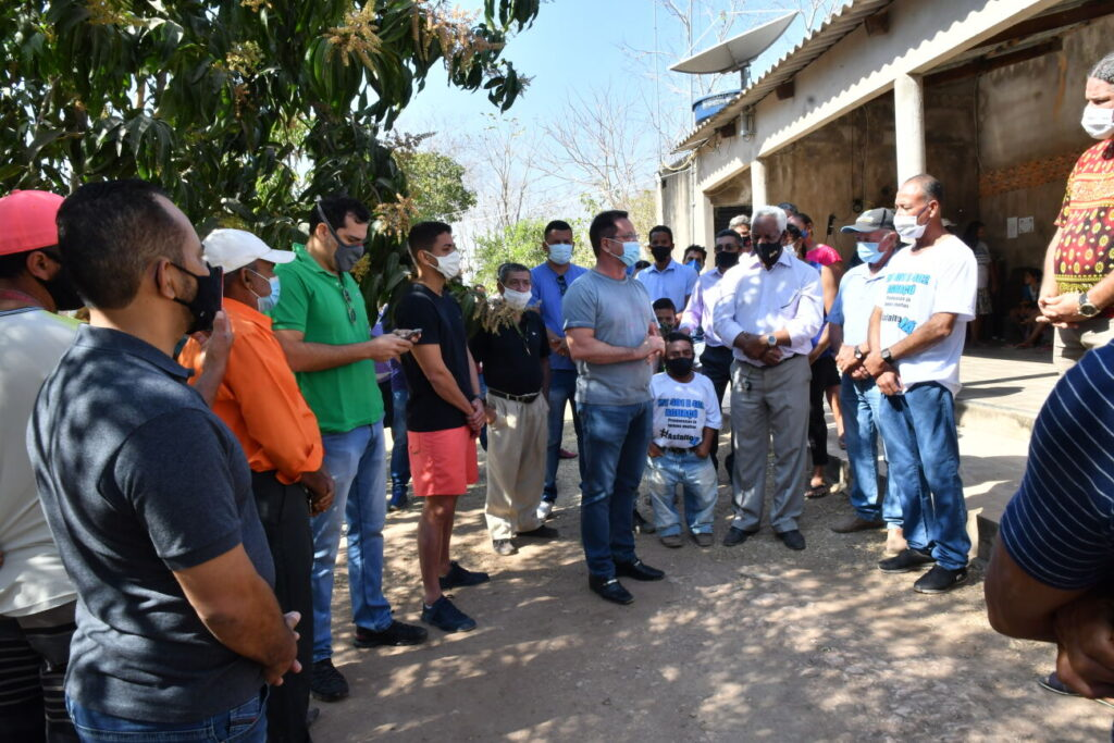 Moradores do Distrito de Aguaçu recebem Botelho para confirmar investimentos em asfalto