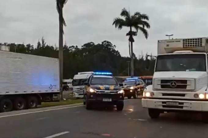 Grupos de caminhoneiros orientam desmobilização para atender Bolsonaro